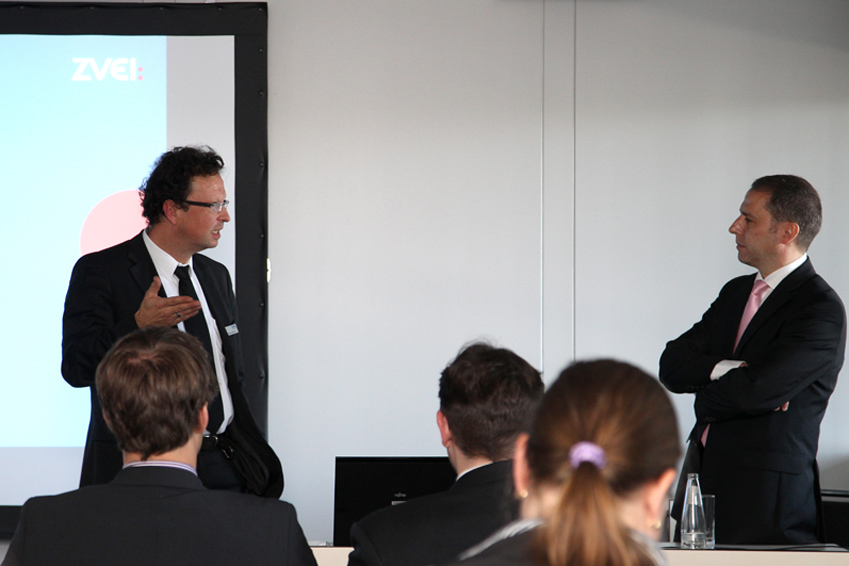 The panel members discuss enthusiastically. From left: Marcus Wenzel (ZVEI) and Hagen Hupperts (Charité Berlin).